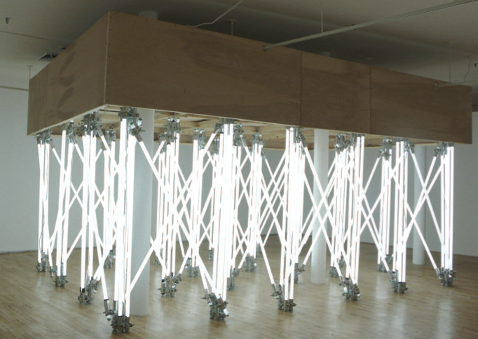 Andamio (Temporary frameworks) 2007. Fluorescent light tubes, forged steel clamps, ballast, wood. Tubos de neón, tornillos de acero, balastro y madera Courtesy/Cortesía Magnan Projects, New York