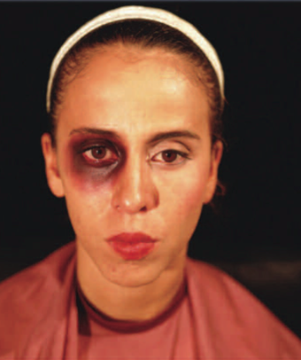 Makeup Lesson, 1998. Betacam, 3 mins. Daros Collection. Courtesy of Jacob Karpio Gallery. Lección de Maquillaje, 1998. Betacam, 3 min. Colección Daros. Cortesía de Jacob Karpio Galería.