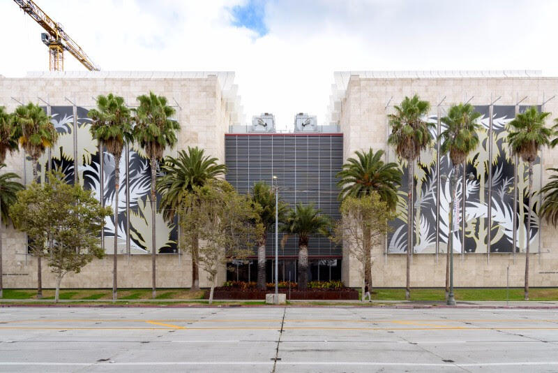 Argentine artists intervene the facade of a museum in Los Angeles