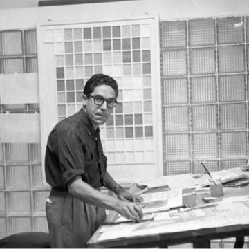 Carlos Cruz-Diez en su taller de diseño, Revista Momento, Caracas 1957. Ph: Estate of Carlos Cruz-Diez - Bridgeman Images, Madrid, 2021
